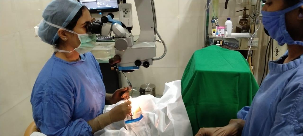 Dr Kareeshma performing Phacoemulsification Cataract Surgery